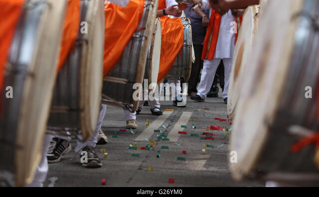 Traditional percussion instruments caled Dhol been played uring a Ganesh festival procession in India. - Stock-Bilder