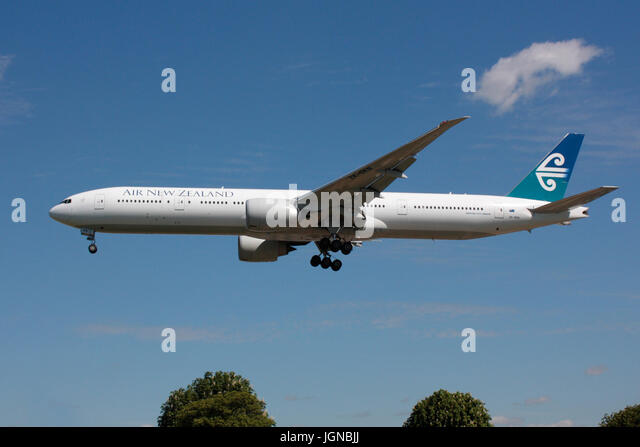International air travel. Air New Zealand Boeing 777-300ER on approach to Heathrow - Stock-Bilder