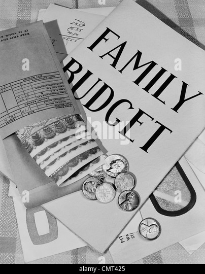 1950s STILL LIFE FAMILY BUDGET MONEY CURRENCY CASH COINS BILLS PAYROLL ENVELOPE - Stock Image