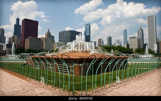 Buckingham fountain Chicago Skyline - Stock Image