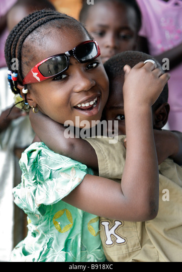 Nigeria: girl protects her younger brother - Stock-Bilder