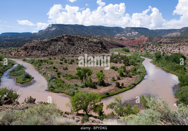 Sharp bend in Chama River winding among mesas of New Mexico outside Santa Fe near Abiquiu, where artist Georgia - Stock Image