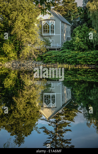 Reflections of a church in Vermont in the river - Stock-Bilder