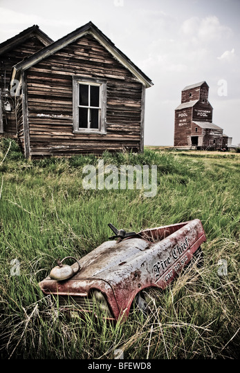 Abandoned farm town with child's pedal car, Bents, Saskatchewan, Canada - Stock-Bilder
