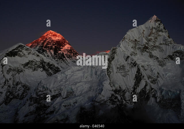 The last light of day illuminating the summit of Mount Everest, Sagarmatha National Park, Khumbu, Himalayas, Nepal, - Stock-Bilder