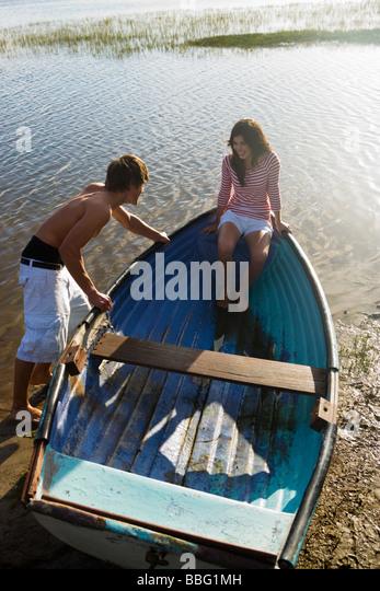 Teenage couple with rowboat - Stock Image