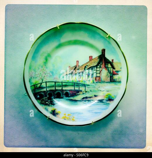 A nostalgic country cottage scene on a china plate - Stock-Bilder