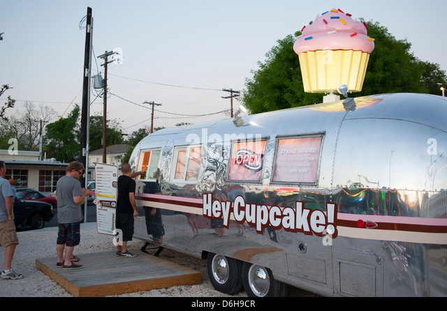 USA Texas TX Austin State Capital South Congress Ave Avenue - Nightlife food dessert Hey Cupcake small business - Stock Image