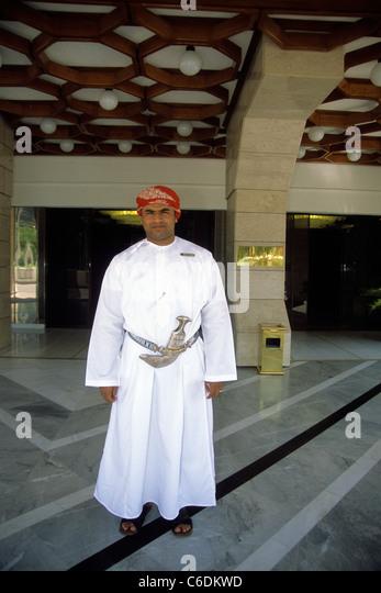 Araber mit Kanjar, Krummdolch vor dem Luxushotel, Al Bustan, Arabic man in front of the hotel Al Bustan - Stock-Bilder