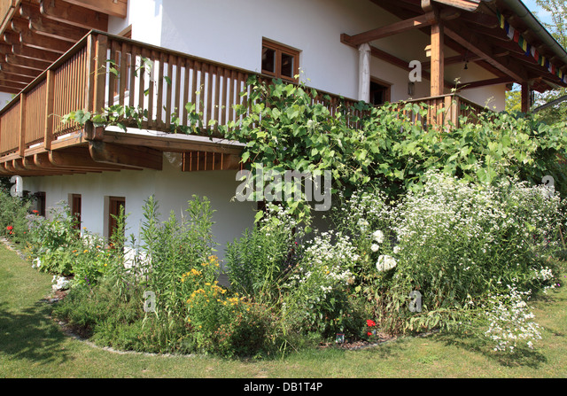 flowers in garden and balcony at a Bavarian country house. Photo by Willy Matheisl - Stock Image