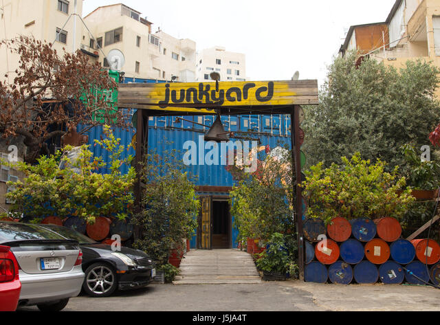 Junkyard cafe in Mar Mikhael made with containers and barrels, Beirut Governorate, Beirut, Lebanon - Stock-Bilder