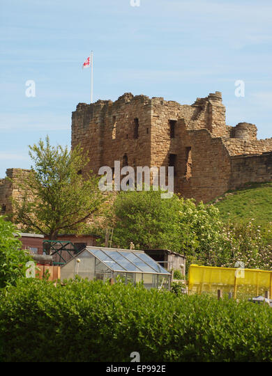 Newcastle Upon Tyne, 15th May 2015, UK Weather. 11th century Norman Castle, with small holding allotments plots - Stock Image