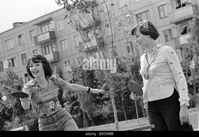 Girls playing table tennis on a Kharkov street - Stock Image