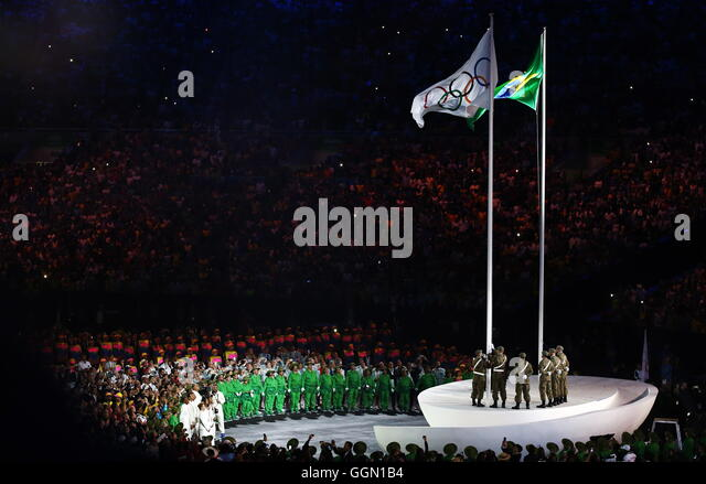 Rio De Janeiro, Brazil. 5th Aug, 2016. The Olympic flag being raised during the opening ceremony of the Rio 2016 - Stock-Bilder