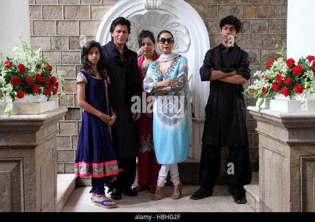Bollywood actor Shah Rukh Khan Suhana Shehnaz, wife Gauri,and son Aryan occasion of Eid al-Fitr residence Mumbai - Stock-Bilder