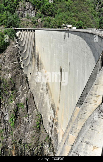 Contra-dam wall with overflows on the sides, site of James Bond's bungee jump in the film Goldeneye, a diving - Stock Image