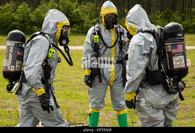 Explosive ordnance disposal technicians with 2nd EOD Company, 8th Engineer Support Battalion, prepare to conduct - Stock Image