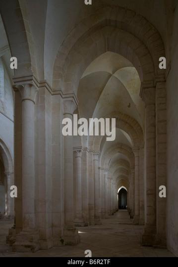Pontigny,  Abteikirche, Blick in das südliche Seitenschiff - Stock-Bilder