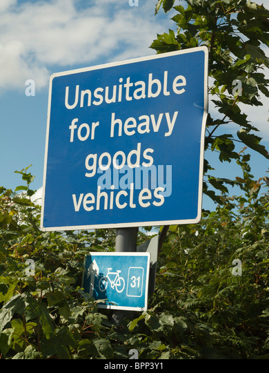 WARNING ROAD SIGN ON COUNTRY ROAD UNSUITABLE FOR LORRIES GLOUCESTERSHIRE ENGLAND UK - Stock Image