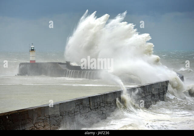 Newhaven, East Sussex. 6th June 2017. Huge waves hit Newhaven's lighthouse and breakwater as the first summer - Stock-Bilder