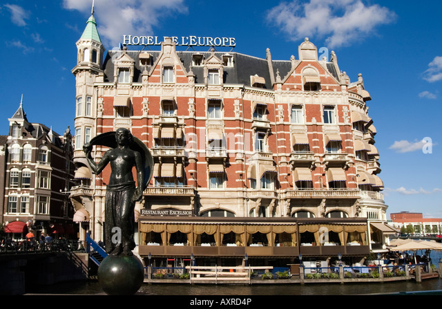 Amsterdam Hotel de l Europe canal schulpture canal boat Restaurant Exelsior Terasse - Stock Image