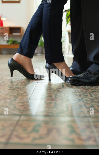 Couple standing face to face, cropped view of feet - Stock-Bilder