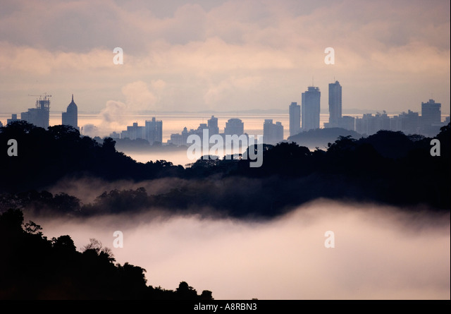 Tropical Rainforest  in Soberiana National Park and the urban jungle of Panama cityviewed at dawn from the Canopy - Stock-Bilder