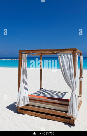Canopy lounge bed on white sandy beach of Cancun Mexico - Stock Image