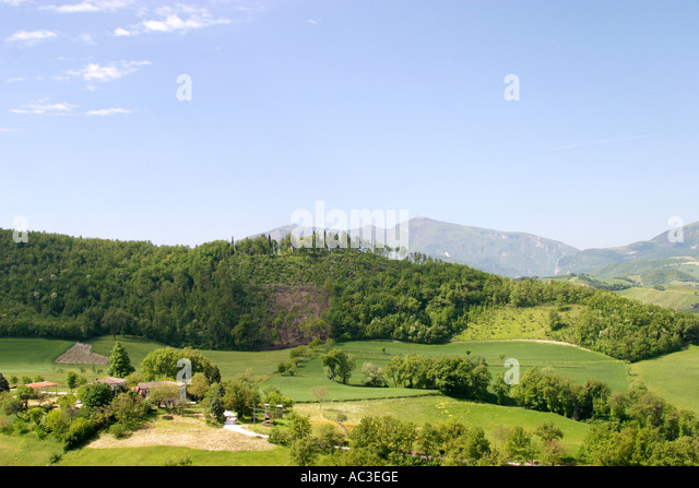 Farmhouse in typical rolling landscape of Le Marche in Italy - Stock Image