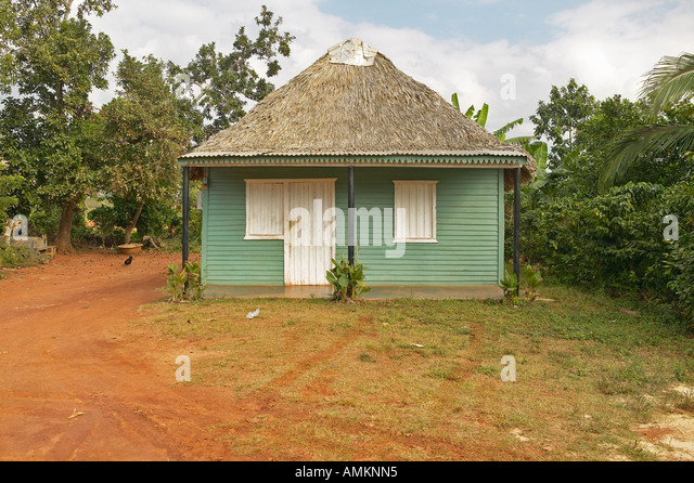 Small green house with thatched roof in Valle de Viñales in central Cuba - Stock Image