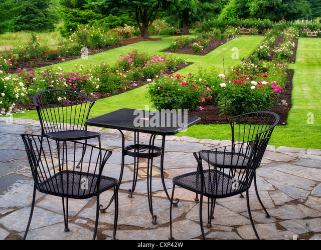Table and chairs. Heirloom Gardens. St. Paul, Oregon - Stock Image