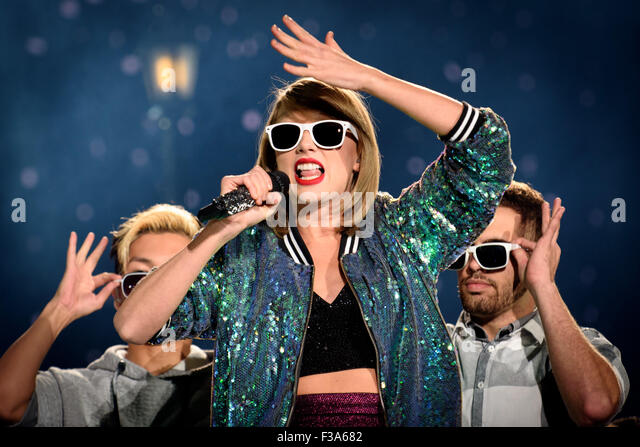 Toronto, Ontario, Canada. 2nd Oct, 2015. American country singer/songwriter TAYLOR SWIFT brought her '1989 World - Stock Image
