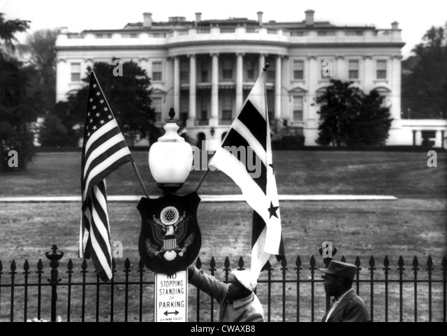 US & District of Columbia flags decorate the grounds of the White House, 3/11/55. Courtesy: CSU Archives / Everett - Stock-Bilder