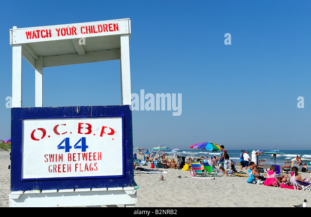 Lifeguard stand and crowded beach - Stock Image