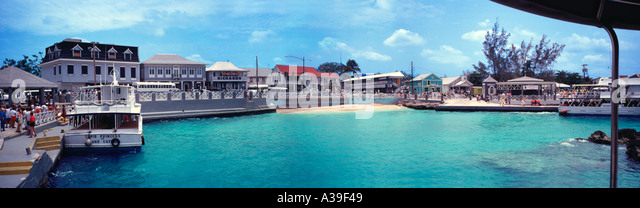 George Town Grand Cayman Island Aqua Water Ocean Clear Town People Shopping Boat Docked upscale yacht yachts panorama - Stock Image