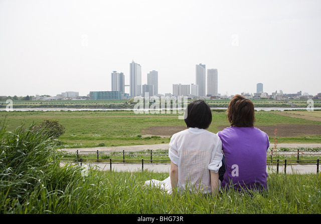 Couple looking at city skyline - Stock Image