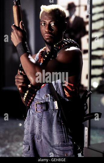 Wesley Snipes Simon Phoenix (Wesley Snipes) auf der Jagd nach einem Rebellen. *** Local Caption *** 1993, Demolition - Stock Image
