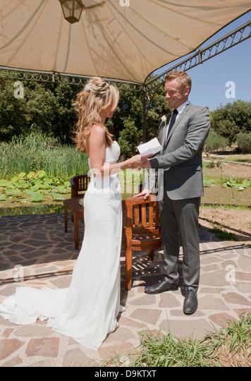 Mid adult couple on wedding day - Stock Image