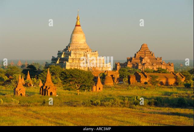 Shwesandaw Paya (Shwe Sandaw Pagoda) and ancient temples, Bagan (Pagan), Myanmar (Burma) - Stock-Bilder
