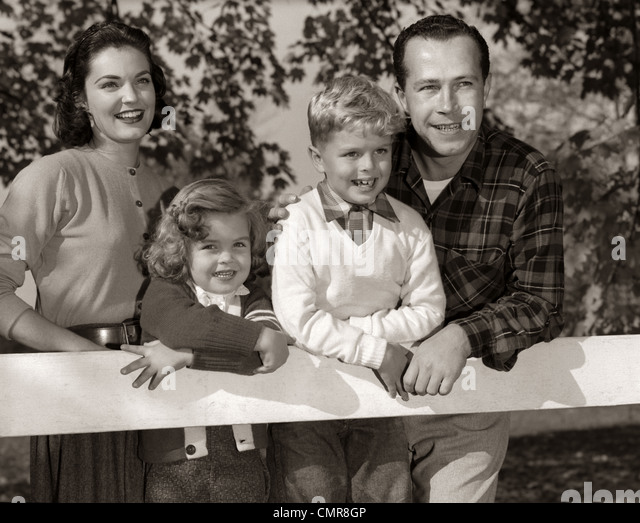 1950s FAMILY OUTSIDE SMILING MOTHER FATHER SON DAUGHTER - Stock Image