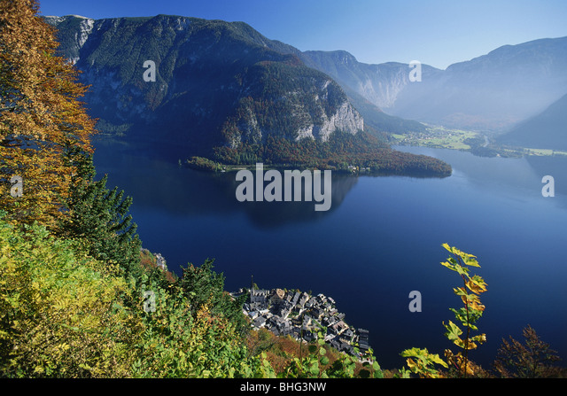 geography / travel, Austria, Salzkammergut, landscapes, view of the Hallstaedter See (lake) with Obertraun and Hallstadt, - Stock Image