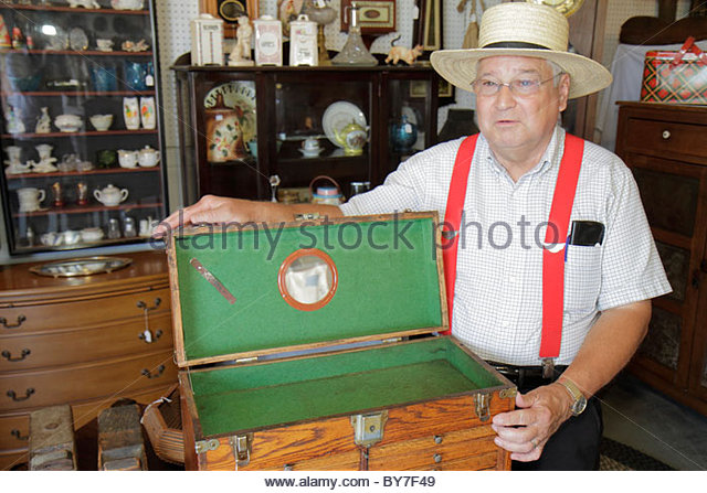 Pennsylvania Kutztown Kutztown Folk Festival Pennsylvania Dutch folklife vendor shopping antiques collectibles man - Stock Image