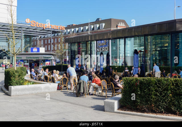 Kingston-upon-Hull,East Riding Yorkshire,UK:Tourist and local people enjoy the bright warm sunny weather in the - Stock-Bilder