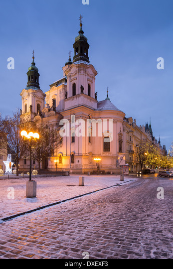 the Church of St Nicholas with a smattering of snow and Christmas lights in the Old Town Square, Prague, Czech Republic - Stock-Bilder