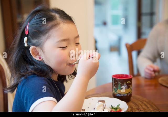 Girl eating cake - Stock-Bilder