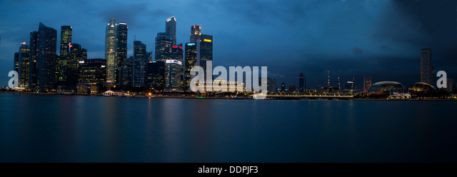 Singapur Singapore city sea buildings offices night modern landscape panoramic Asia lighting cold bay skyline architecture - Stock Image