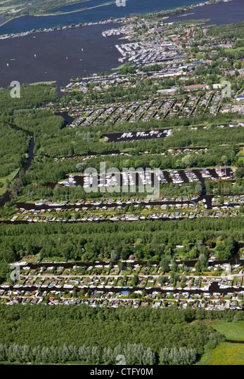 The Netherlands, Loosdrecht, Aerial. Holiday houses and boats near lake called Loosdrecht lakes. - Stock-Bilder