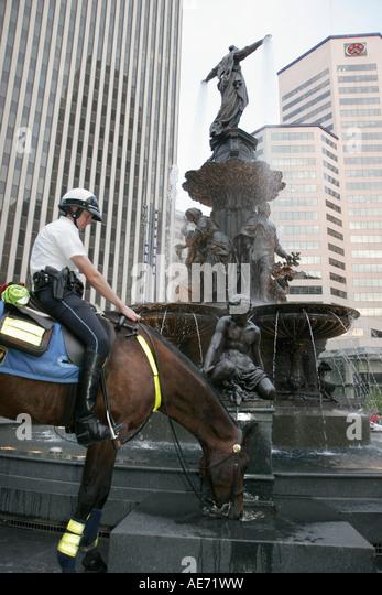 Ohio Cincinnati Fountain Square police horse drinks water - Stock Image