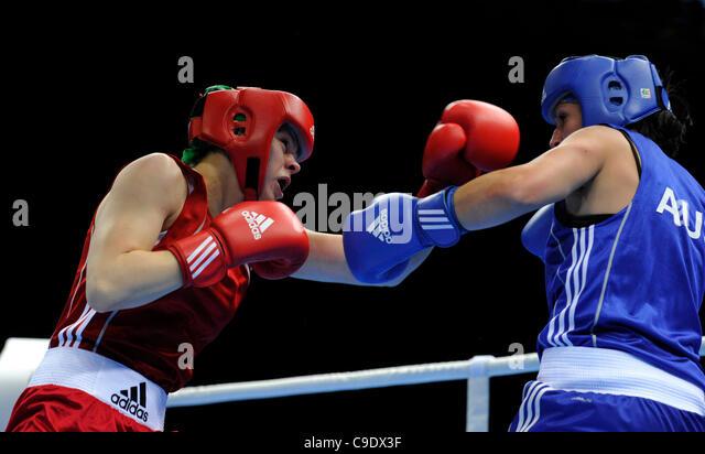 25.11.11 London Prepares Series Boxing ExCel Centre London UK Savannah Marshall GBR (Red) vs Naomi Fischer-Rasmussen - Stock Image