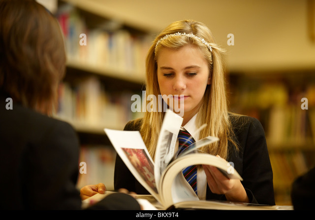 girl in library - Stock-Bilder